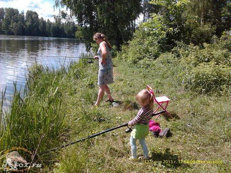 жена ловит рыбу с дочкой