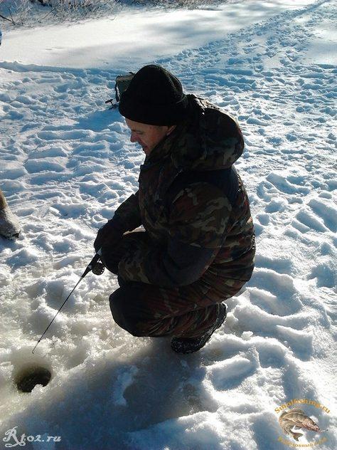 олег ловит рыбу