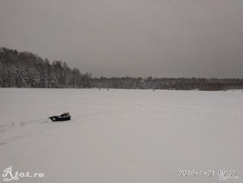 Снег на льду на реке Стряна