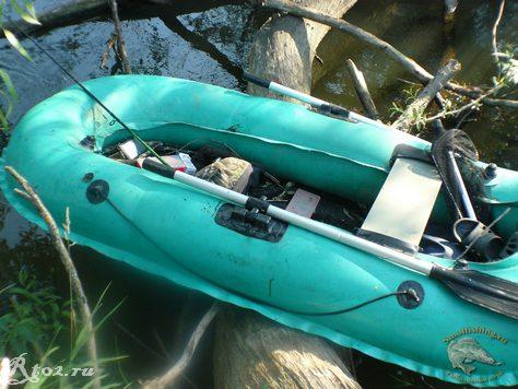 лодка на завале деревьев