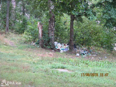мусор на берегу стряны
