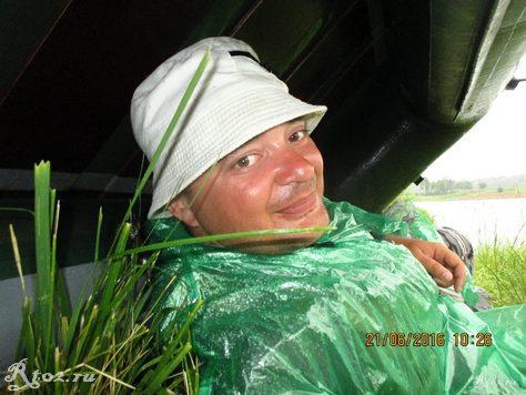 я под лодкой пережидаю дождь