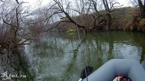 плыву по реке на лодке