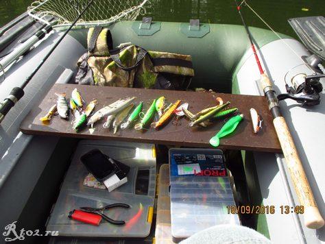 приманки на сидушке в лодке