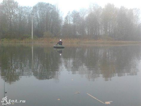 Никита в лодке на озере