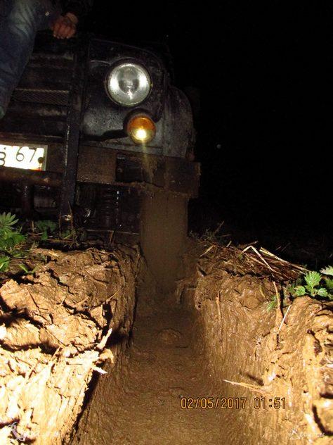 колея уазика в грязи в лесу