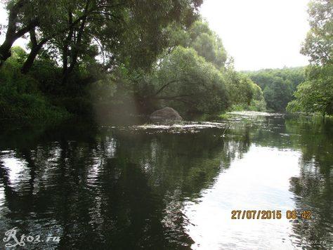 огромный валун в реке