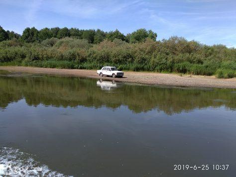 машина на берегу реки