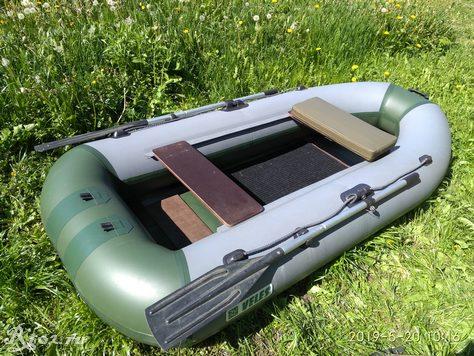 Лодка с накладкой на сиденье