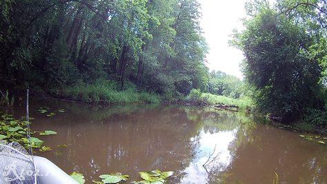 Замытая ямка на речке
