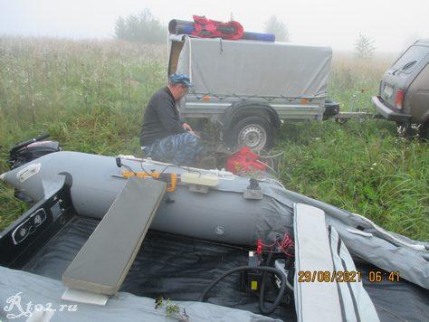 Сборка лодки на берегу водохранилища